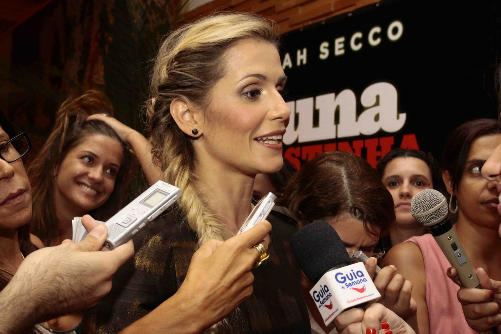 Deborah Secco sendo entrevistada