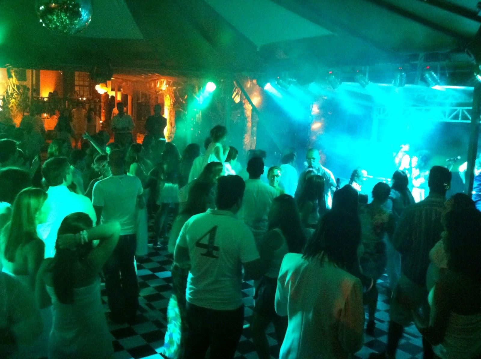 O público se diverte com a festa