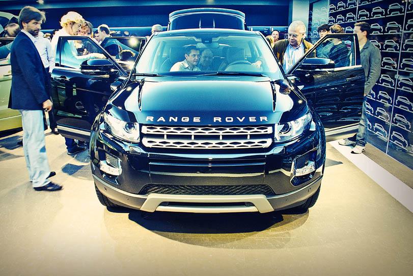 Convidados conferem o acabamento interno e tecnologia do Range Rover