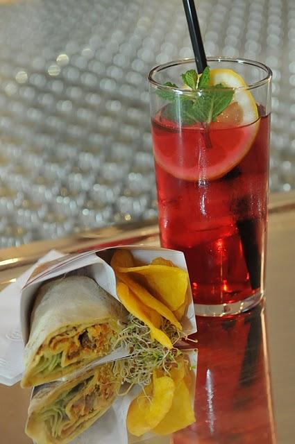 Drink Oi feito com curaçau red, limão siciliano, lichias e Grand Berry
