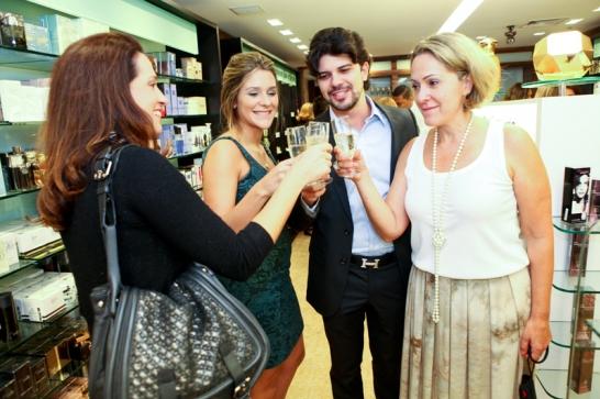 Simone Duailibi, Carla Suil, Pericles Coelho e Ana Suil brindam o lançamento exclusivo do perfume da Michael Kors