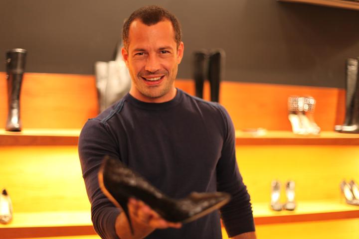 O ator Malvino Salvador, elege o sapato da Santa Lolla que deixa a mulher mais atraente e sofisticada