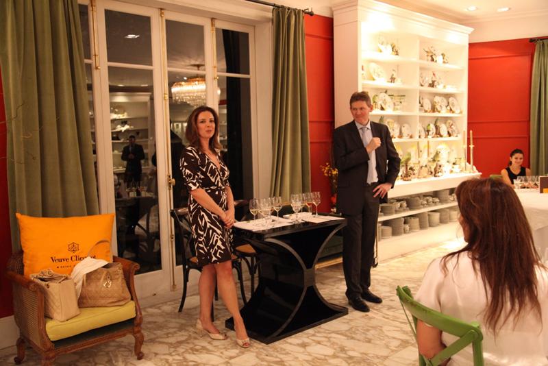 Dominique Demarville da Veuve Clicquot conduz curso sobre a história da champagne Veuve Clicquot com ajuda da tradução simultânea de Karina Guarita da LVMH.