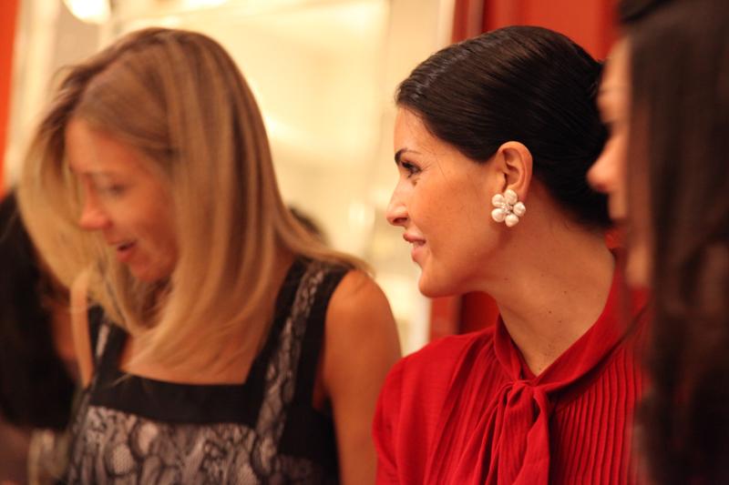 FOTO 4_Usando o brinco de perola, Juliana Scarpa, comenta que o sucesso profissional e celebrado com Veuve clicquot. A empresaria que se formou em Havard, trocou a administracao pelo designer de joia e hoje conquistou o mercado internacional.