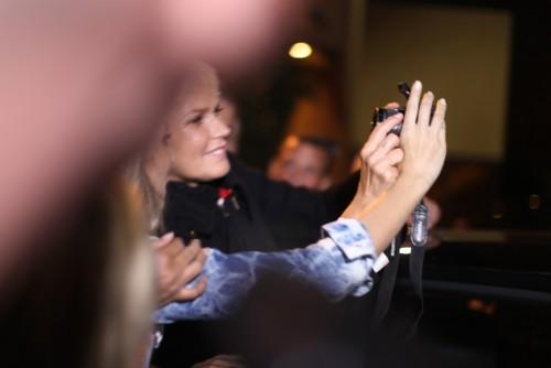 Xuxa faz selfie com Fã Clube | Foto: Clacrideias