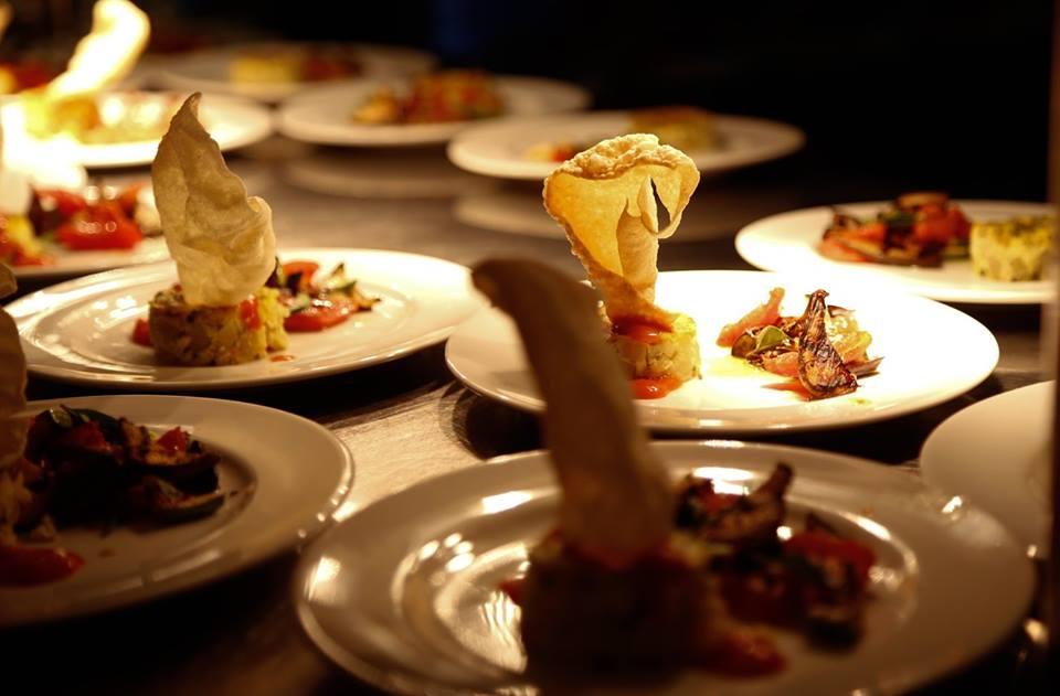 chef prepara pratos do filme exibido na tela. (Foro: Divulgação)