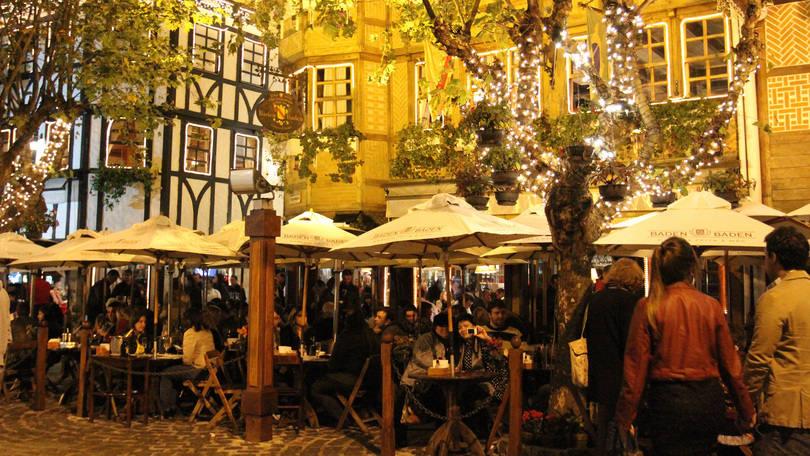 Área externa do bar Baden Baden, um dos pontos mais frequentados de Campos do Jordão, no interior de São Paulo