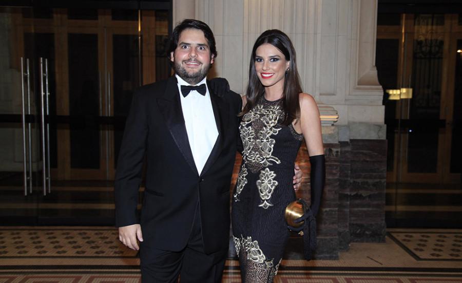 Fabio Tutundjian, DJ residente e sócio da We Clap, acompanhado da namorada e blogueira  Carolina Raucci (Foto: Divulgação)