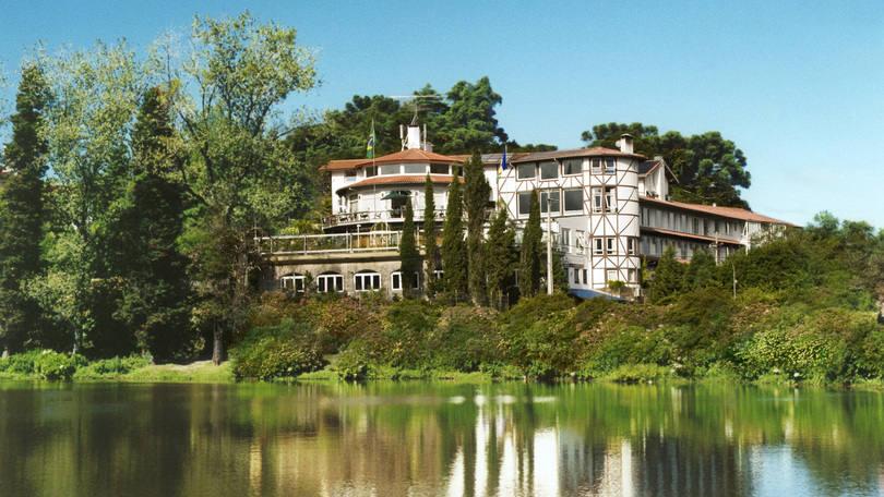 O Lago Negro e o hotel Estalagem St. Hupertus, ao fundo, em Gramado, no Rio Grande do Sul