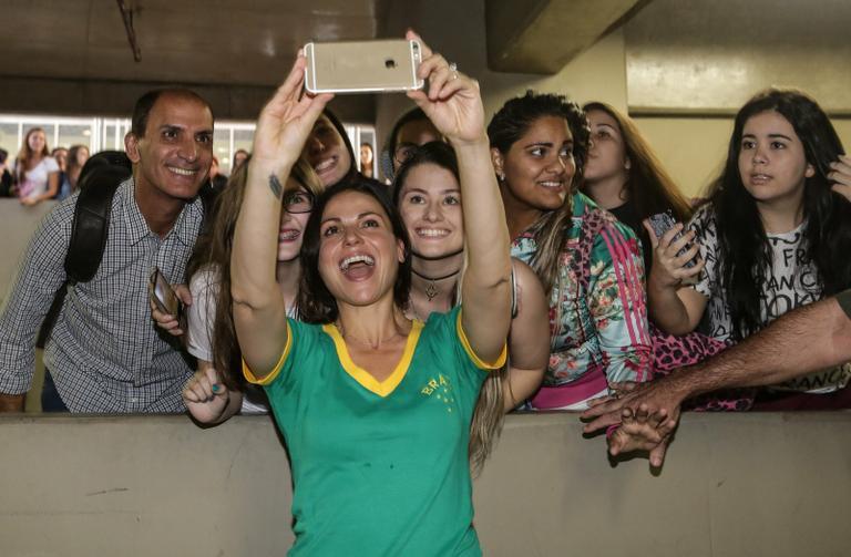 Lana Parrilla em selfie com fãs