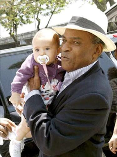 Antônio Pitanga com a netinha Antônia, filha da atriz Camila Pitanga (Reprodução)