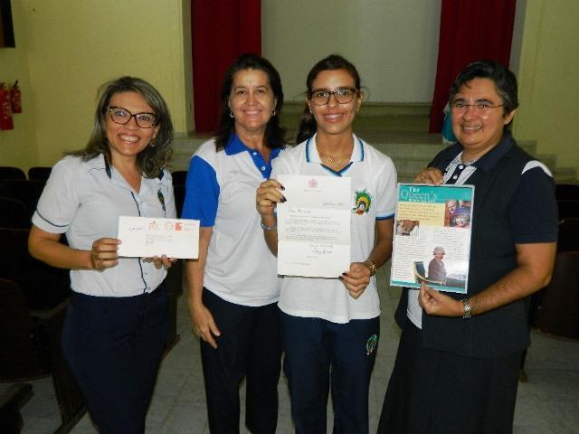 No meio, a estudante caicoense Fernanda Batista segura orgulhosa a carta; A ideia de escrever para a  rainha surgiu em sala de aula, durante a aula de História