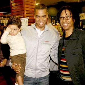 Djavan com o filho Max Vianna e o neto Gabriel, em um de seus eventos (rReprodução)
