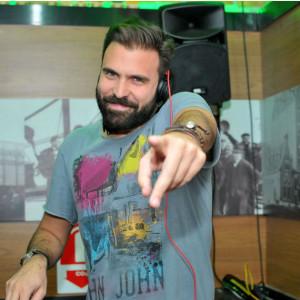 O DJ Gabriel Fullen animando a festa (Foto: Reprodução)