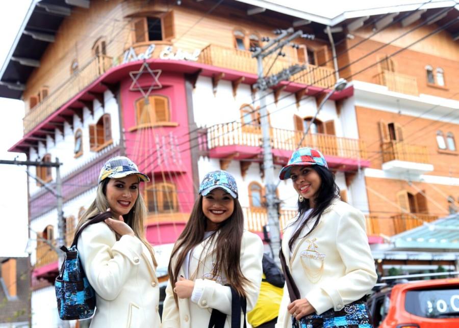 Modelos andando nas ruas da cidade com peças da coleção (Foto: Divulgação)