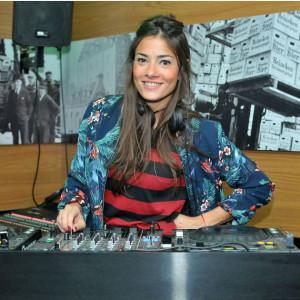 A DJ Marina Diniz nas pick-ups (Foto: Reprodução)