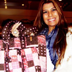 Roberta Giovaneli, mulher de Ronaldo com produtos da loja (Foto: Nair Barros - ClaCrideias)
