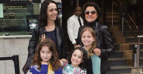 Marieta Severo tem seis netos: Teresa, Lia, Cecília, Francisco, Clara e Irene. Na foto, a atriz está com sua filha Silvia e suas netas (Foto: Reprodução)