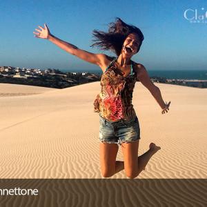 A miss Adriele Albertoni se diverte nas dunas