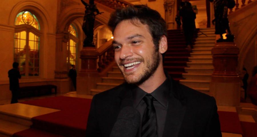 Emilio Dantas homenageia Miele ao receber prêmio de melhor ator (Foto: ClaCrideias)