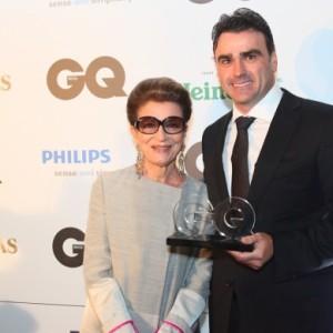 Constanza Pascolato dá prêmio de moda para Alexndre Menegotti em 2014 (Foto: Divulgação)