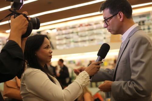 Claudia Cristina entrevista diretor da editora (Foto Nair Barros)