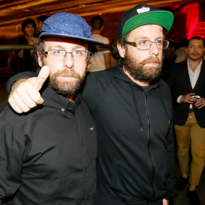 Os artistas conhecidos pelo nome Os Gêmeos estavam presentes na noite (Foto: Divulgação)