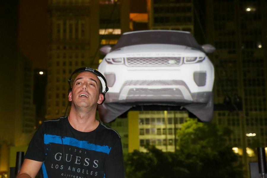 DJ Pete Tha Zouk e ao fundo novo Evoque (Foto: Divulgação)
