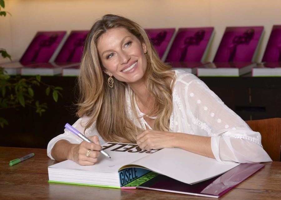 Gisele autografou 300 livros na sexta (Foto: Reprodução)