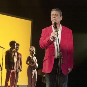 Chico canta no filme (Foto: Divulgação)