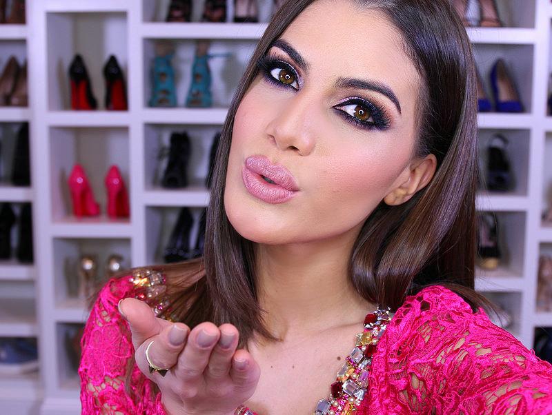 A blogueira Camila Coelho não dispensa o contorno e maquiagem pesada (Foto: Divulgação)