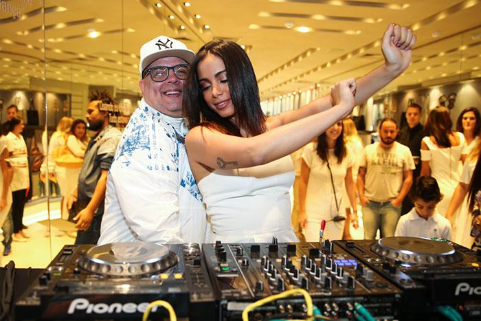 Anitta ataca como DJ e agita festa da Arezzo (Foto: Divulgação)