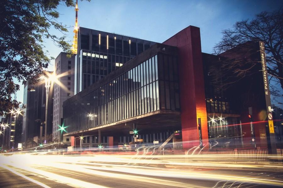 MASP foi construído por lina bo bardi com intuito de flutuar pela avenida (foto: divulgação)