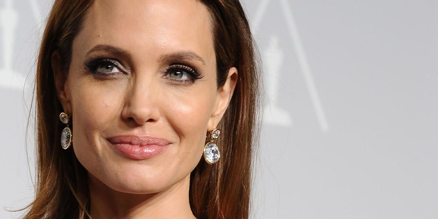 Angelina Jolie é adepta as técnicas de iluminação que deixam a pele saudável (Foto: Divulgação)