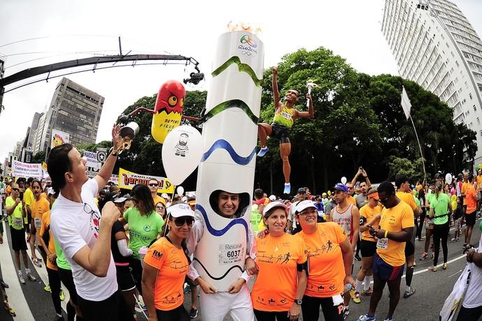 No clima olímpico, corredor amador corre fantasiado de tocha olímpica do Rio 2016 (Foto: Divulgação)