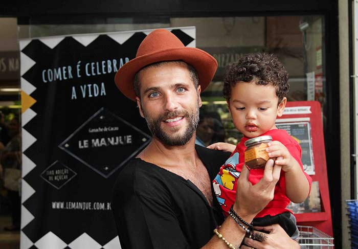 Bruno brinca com garotinho (Foto: Divulgação)