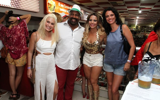 Celebridades posam para foto no rio (Foto: Divulgação)
