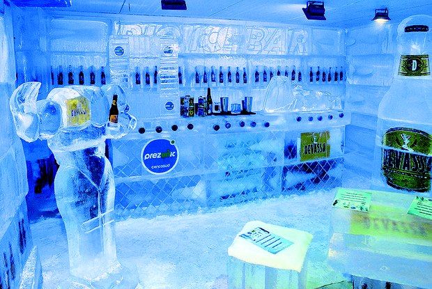 Bar de Gelo foi construído com 130 toneladas de gelo (Foto: Divulgação)