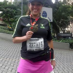 Cris segura medalha após corrida (Foto: Arquivo pessoal)