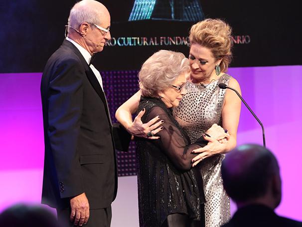 Nathalia Timberg se emociona com a homenagem ao lado de Claudia Raia e Marcos Caruso (Foto: Reginaldo Teixeira)