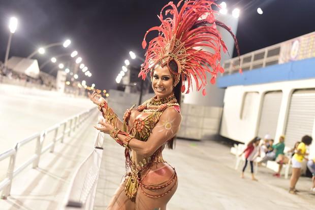 Gracy Barbosa já samba com look de dia de desfile em ensaio (Foto: Divulgação)