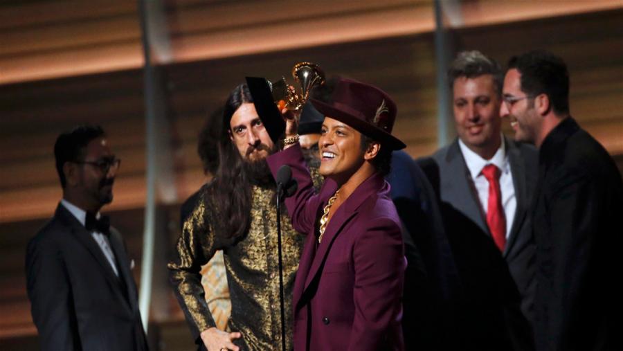 Bruno Mars comemora prêmio de melhor álbum do ano (Foto: Divulgação)