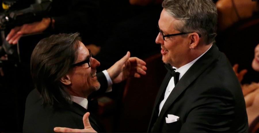 Charles Randolph e Adam Mckay se abraçam ao receber o Oscar de melhor roteiro adaptado por ''A grande aposta'' (Foto: Divulgação)