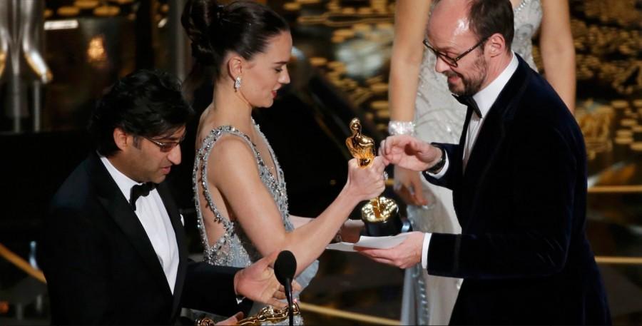 Daisy Ridley, de ''Star wars'', entrega socar a Asif kapadia e james Gay-Rees por documentário ''Amy'' (Foto: Divulgação)