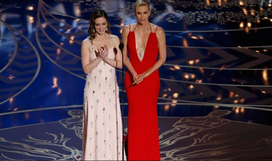 Emily Blunt e Charlize Theron anunciam prêmio de Roteiro Original (Foto: Divulgação)