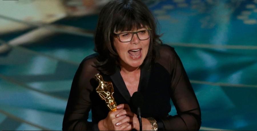 Margaret Sixel recebe prêmio de melhor montagem por ''Mad Max'' no Oscar 2016 (Foto: Divulgação)