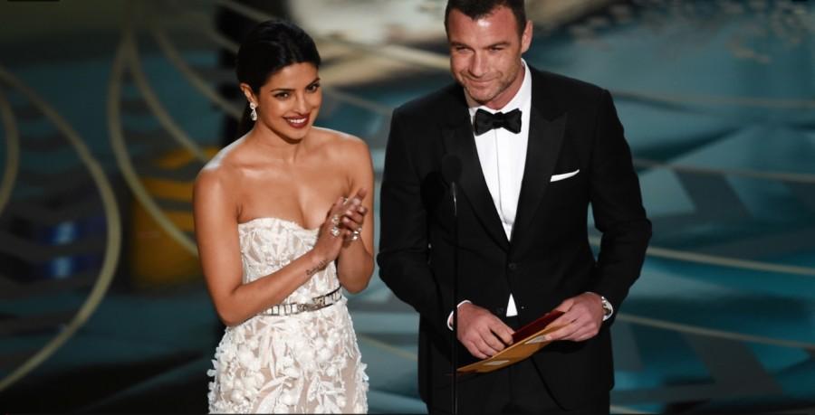 Priyanka Chopra e Liev Schreiber apresentam prêmio de melhor montagem no Oscar 2016 (Foto: Divulgação)