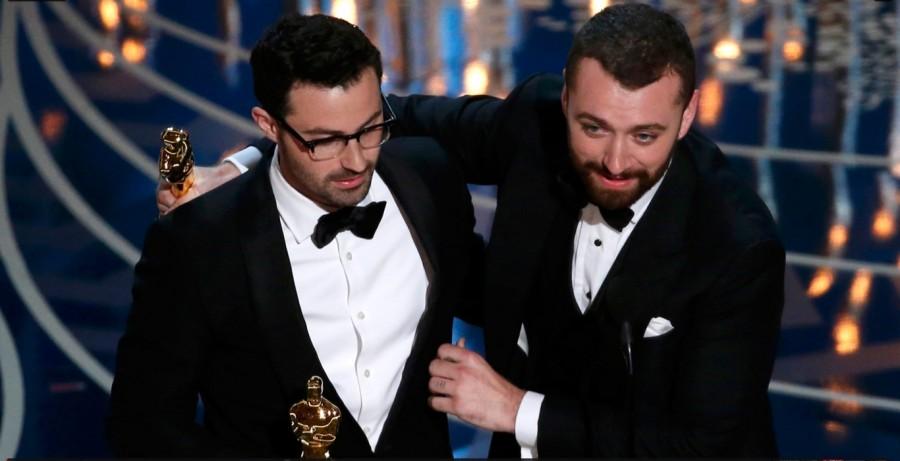 """Sam Smith e Jmmy Napes recebem oscar por 'Writing's on the wall', do filme """"007 contra Spectre"""" (Foto: Divulgação)"""