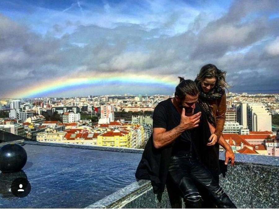 Henri Castelli e Maria Fernanda Saad tiram foto embaixo de arcoíris (Foto: reprodução/instagram)