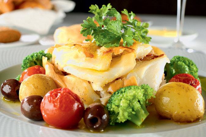 A Bela Sintra - Bacalhau em postas com batata, brócolis, azeitona e tomate (Foto: Mauro Holanda/ Divulgação)